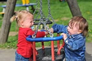 Zwei Mädchen streiten auf dem Spielplatz